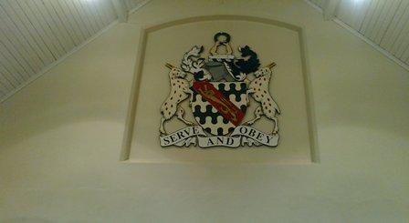"""Skolans emblem """"Serve and obey"""" = """"Tjäna och lyda"""". Det vore något för en svenska skolan, det!!!!"""