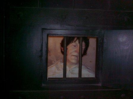 Domstol. En av fångarna har blivit kvar!