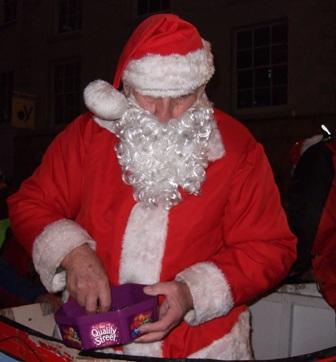 Santa delande ut karameller till barnen.